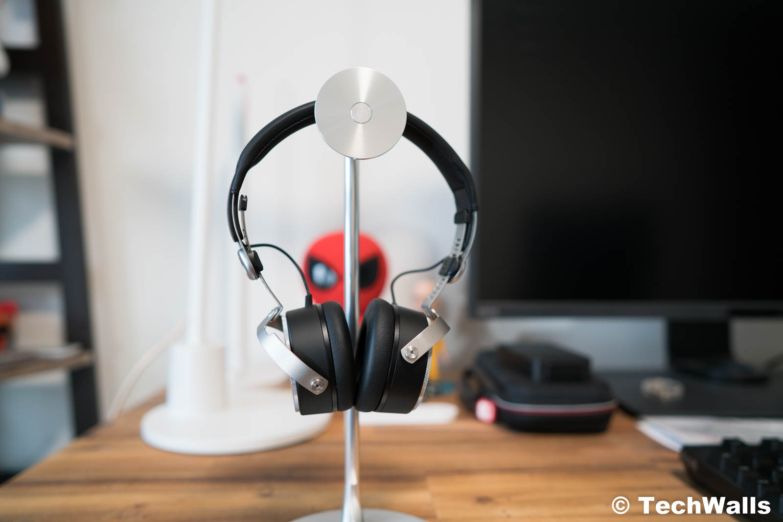 22114ed3d7e The design of the Aventho Wireless looks very familiar, probably because it  has some similar elements as the Beyerdynamic T51i. You can see the same  on-ear ...